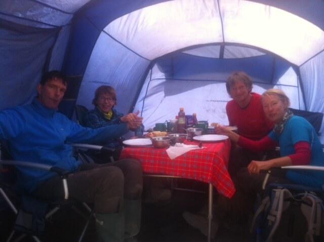 Ader - diner in Schoolhut voor de top poging.